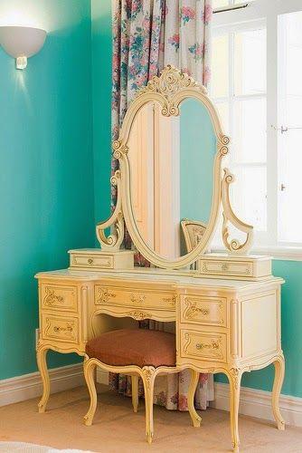 Ateliando - Customização de móveis antigos  Mostramos ontem no blog www.ateiando.blogspot.com.br a penteadeira dos sonhos que a Clarisse agora vai poder chama de sua!  Toda fabricada e customizada pelo nosso ateier!