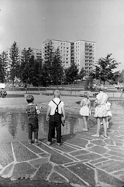 Volker von Bonin: Lapsia Pohjois-Haagan leikkipuistossa, 1965 © Helsingin kaupunginmuseo