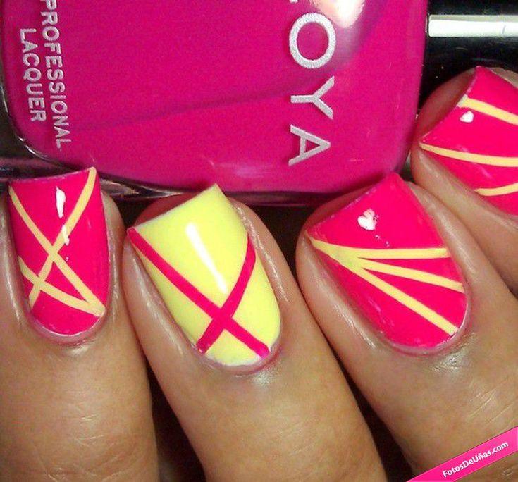 Manicura de uñas amarillas y rosas con líneas