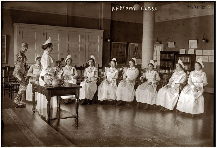 Clase de anatomía para enfermeras en 1905