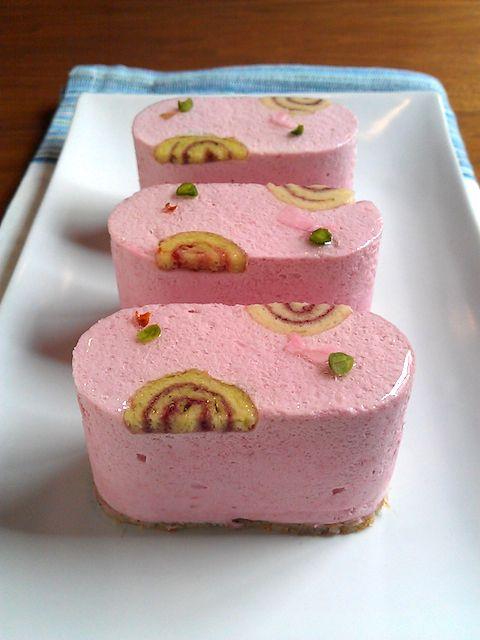 TOHYAMA.Cherry & Pistachio mousse, SAKURA flavor.トオヤマ京都にも春が訪れ、プチジャポネの桜も開花しました♪春の風に舞う花弁をイメージして小さななロールと桜花、ピスタチオでデコレしました。チェリームースの中にピスタチオムースが入っています。台は桜の葉を混ぜたビスキュイ生地。 ほのかに甘酸っぱいチェリームースにピスタチオの濃厚な味わい、後口に桜の風味が優しく残るケーキに仕上がっています。プチジャポネ桜、散らせるもんなら散らしてみやがれ( ゚д゚)!(笑)