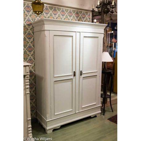 Vaalea talonpoikaisvaatekaappi 1800-puolivälistä. Kunnostettu.  Ovet toimivat hyvin ja lukot.  Vaatekaapin mitat ovat: leveys 139 cm, korkeus 200 cm ja syvyys 56 cm.