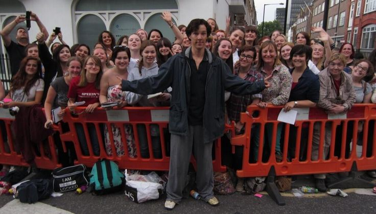 Bertilak ‏@Elaine Hwa M 18h Here's the group pic that #BenedictCumberbatch asked @Patrick Waggett to take for us at #Setlock today! pic.twitter.com/FDnbpHDIgA
