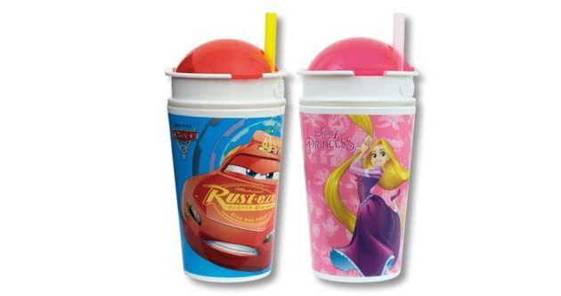 Snack Cup, de Bip Candy & Toy: Vaso gigante de plástico con pajita y compartimento para la fruta de las licencias Cars y Princesas. Contiene 10 g de golosinas 100% naturales y una tarjeta en inglés en la que se fomenta hábitos saludables. Existen dos modelos diferentes de cada licencia para coleccionar.