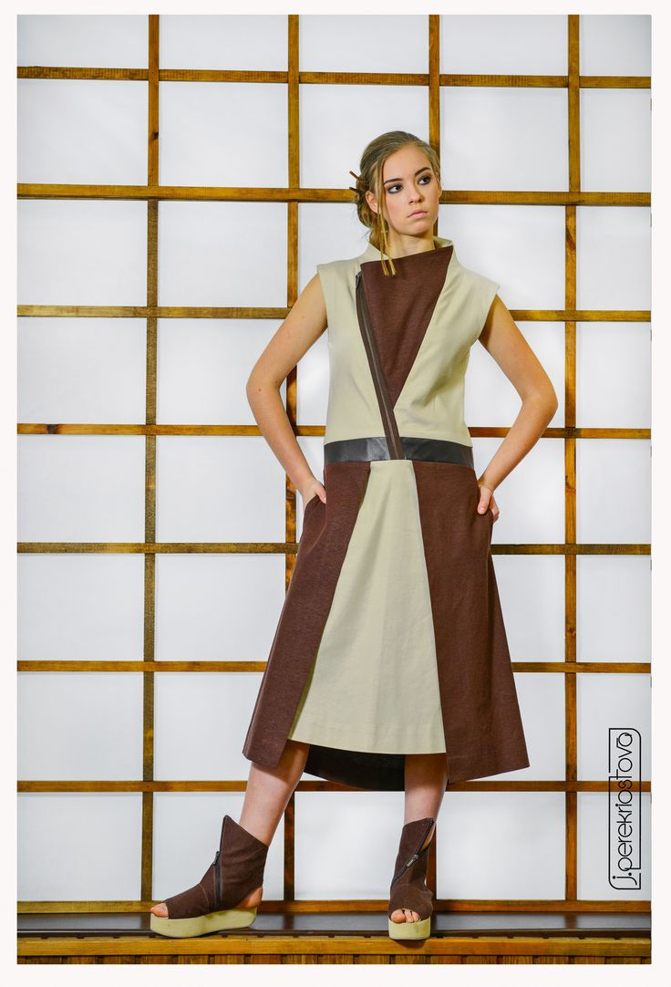Платье двухцветное с высоким воротом и декоративной застежкой-молнией - J.Perekriostova
