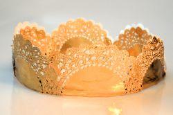 selbst gemachte Krone aus Papier, gold