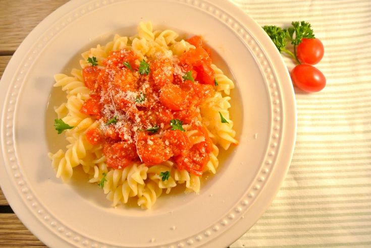 Penne all'Arrabbiata: een bekend en klassiek Italiaans pasta recept. En aangezien de Italiaanse keuken één van onze favoriete keukens is, kon dit gerecht niet ontbreken op Lekker en Simpel! Dit heerlijke pastagerecht bestaat uit een pittige tomatensaus met knoflook en ui. Tijd: 25 min. Recept voor 2 personen Benodigdheden: 150 gram pasta 1 rode peper …
