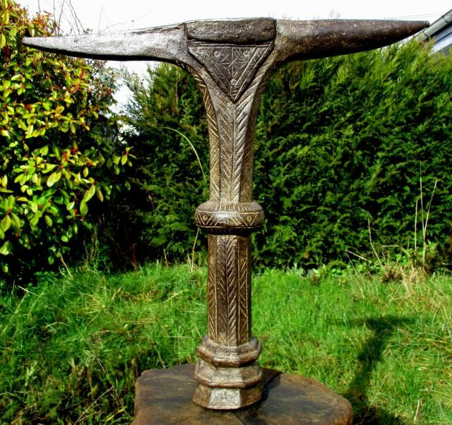 OUTILS ANCIENS - ART POPULAIRE :: enclume bigorne de serrurier forgée à 8 pans table 64x10 H60