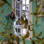 Daniela Edburges una artista mexicana conocida principalmente por su construcción de fotografías con hermosas mujeres muertas. A pesar de tocar la muerte como tema dentro de su obra, las mujeres en las imágenes de Edburg no tienen expresiones de sufrimiento y aunque utiliza objetos que hacen referencia al consumismo en imágenes claramente sarcásticas, Edburg niega …
