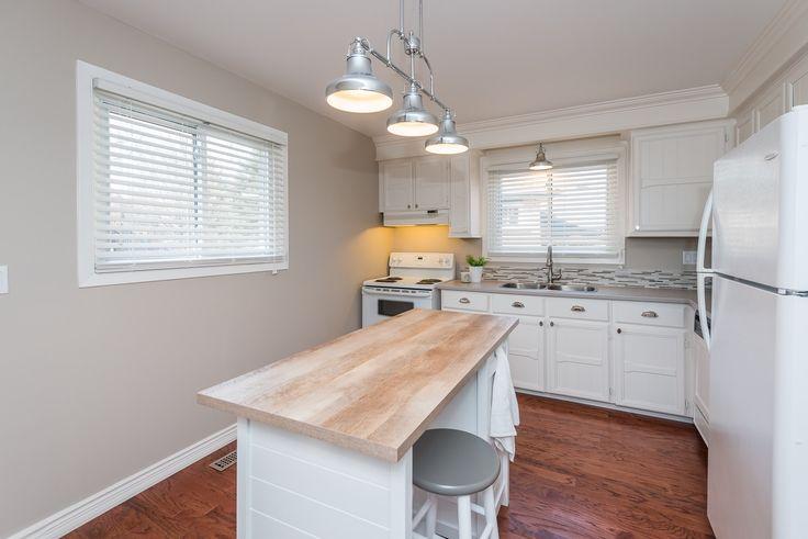 #kitchen #kitchendesign #stagedkitchen #houseflip #dreamkitchen #kitchenideas #whitekitchen #design #designer #yorkregion #symphonyofcolour