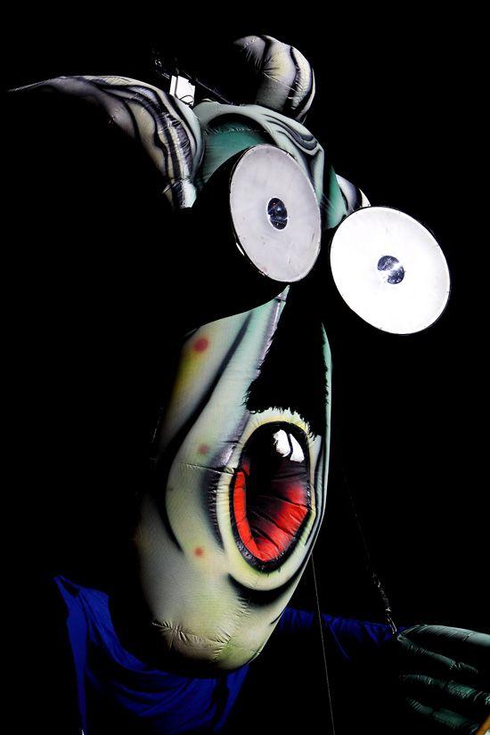Lo Stadio Olimpico si oscura, sul muro il simbolo dei due martelli e Roger Waters vestito da dittatore fa la sua apparizione, mandando in delirio la folla..- Kick Agency Gestione e Produzione Eventi, Spettacoli, Concerti, Mostre, Esibizioni -