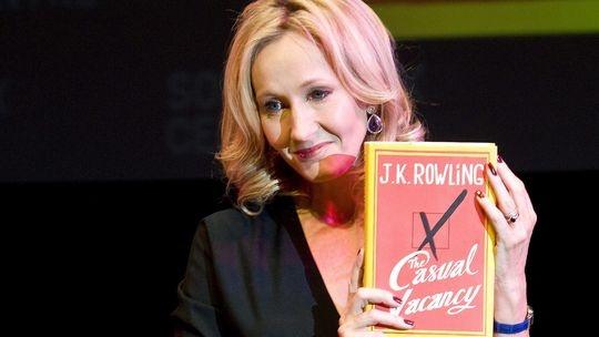 """Alter, Dein Leben ist die Hölle!  Die Eltern sind ihr Unglück: J.K. Rowlings kalter Dorfroman """"Ein plötzlicher Todesfall"""" erzählt von Kindern unter der Herrschaft von Spießbürgern."""