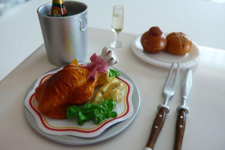 ドームを開けるとそこにあるのはローストチキン! 丸ごと一匹オーブンで焼いたローストチキンは イギリスの伝統的な家庭料理だそうです。 シャンパンも用意してあります。(パンは別のシリーズのものを添えました)