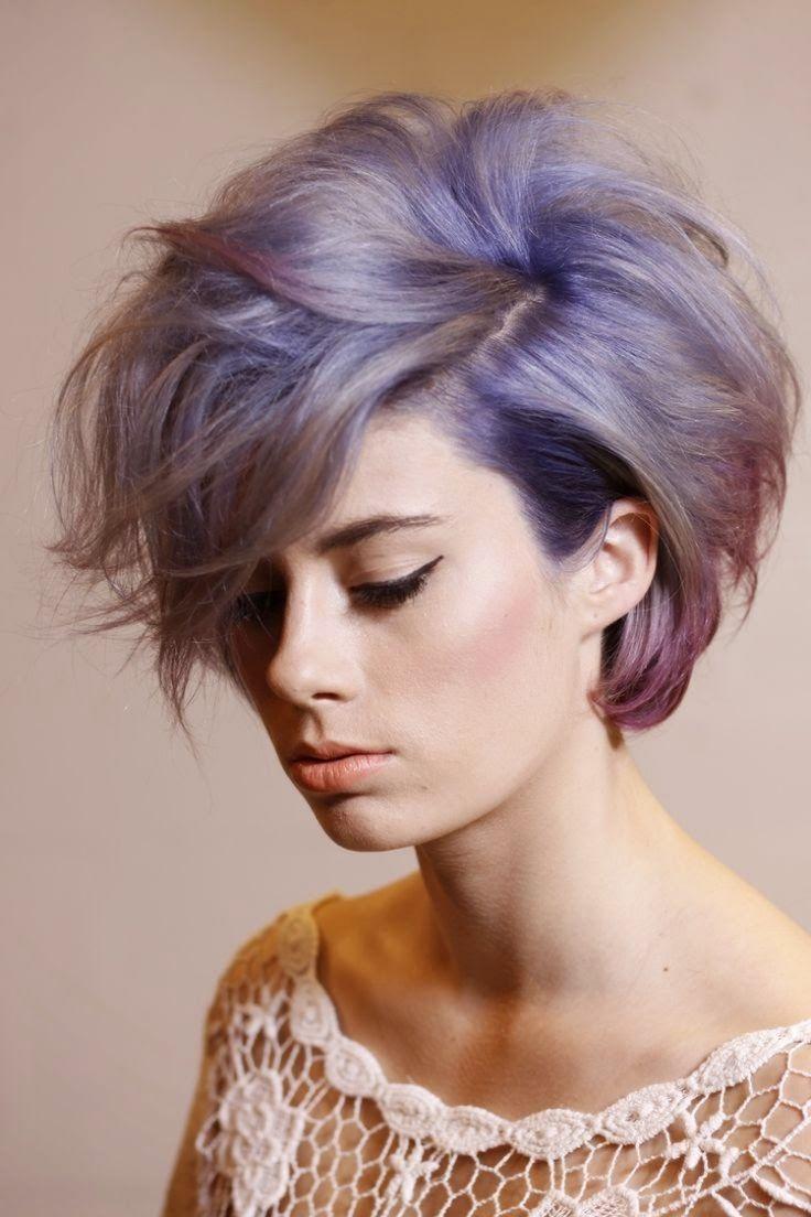 80er-frisure-violett-haarfarbe-blond-volumen-lila-blond