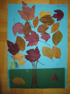 Herbstbaum mit gepressten Blättern