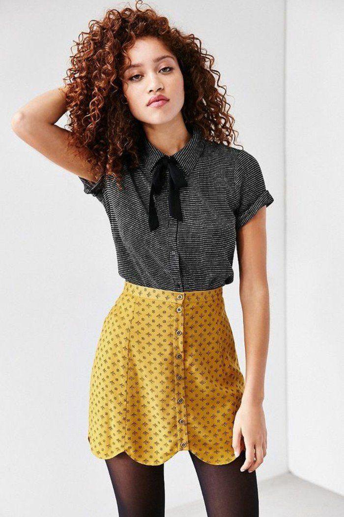 une tenue à inspiration rétro, jupe en soie boutonnée sur le devant et chemisier col claudine à manches courtes