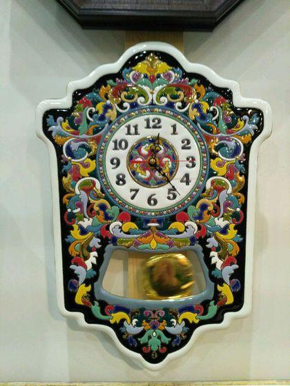 Купить или заказать Часы декоративные,керамические, с маятником. в интернет-магазине на Ярмарке Мастеров. Часы сделаны из высококачественного фаянса с ручной авторской росписью. Вся представленная в моем Интернет-магазине керамика выполнена в интереснейшей технике 'cuerda seca', сформировавшейся в начале 16 века в испанской Севилье. Эта техника пришла на смену традиционному исламскому искусству мозаики и быстро завоевала популярность не только в Испании, но и в других средиземноморски...