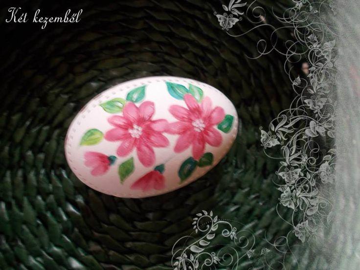 Rózsaszín virágokkal díszítve
