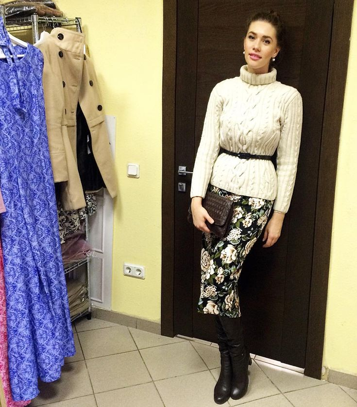 «Свитер из шерсти @jannatatarinova, юбочка из хлопка @katerina_dorokhova_official, сапоги #paoloconte»