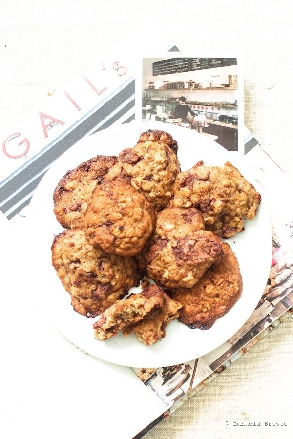 Banana, walnut and milk chocolate cookies (recipe by GAIL's Bakery)  http://www.sweetie-home.it/index.php/2014/09/08/banana-walnut-and-milk-chocolate-cookies-e-un-po-di-londra/