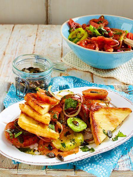 Die Käseecken schmecken vom Grill oder aus der Pfanne gleichermaßen gut. Dazu gibt's einen Salat mit Tomaten in verschiedensten Farben und Größen. Besser kann der Sommer nicht schmecken!