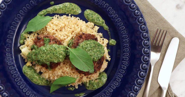 Saftiga lammfärsbiffar med oliver, vitlök och örter. Serveras med fräsch citronbulgur och en härligt grön salsa verde med örter, sardeller och kapris.