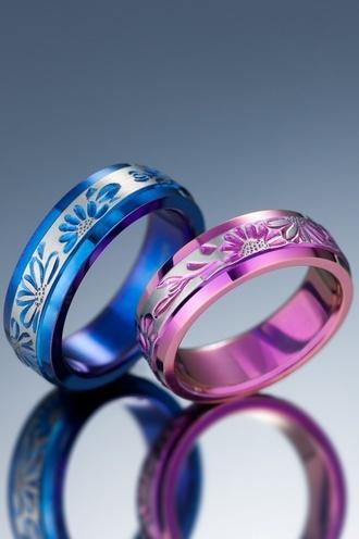 輪(りん)  結婚指輪 東京 チタンリングアレルギーフリー 「マーガレット」  チタン手彫りマーガレット。強固で加工困難といわれるチタン。熟練した職人の高い技術によりできた繊細な手彫りのチタンリング。ブルー・グリーン・ピンクの自然発色が可能で、デリケートなお肌にも優しい最先端素材。内側のみならず外側にまで発色が可能なマーガレット。