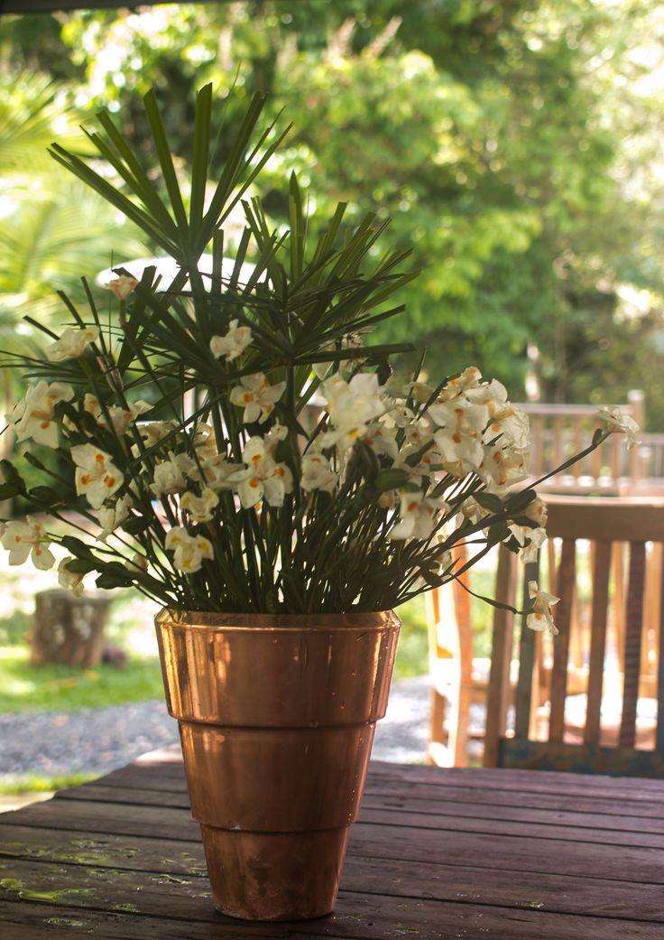 Lindo vaso de flores no nosso lindo Espaço Jardim Uaná Etê.  http://www.uanaete.com/  casamento , jardim , eventos , espaço , rio de janeiro , vale do café , festa , decoração , rustico , casamento no campo , picnic , paisagismo , casa e jardim , arvores , flores, portas, janelas, lindo, sonho, beleza natural