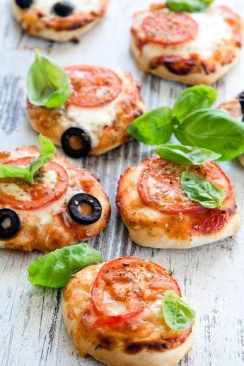 Rezept für Mini Pizza mit besonders fluffigem Boden. Zutaten: 300 g Mehl, 3 TL Trockenhefe, 1 TL Salz, 180-190 ml warmes Wasser, 2 EL Olivenöl