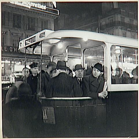 Brassaï, À la gare de Lyon,Paris, le bus, vers 1936-1937.