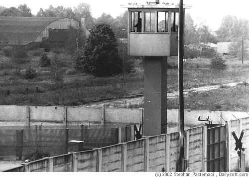 Berliner Mauer - Berlin Fotos 1983 Wachturm und Mauer Nähe der Bahnstrecke nach Hamburg