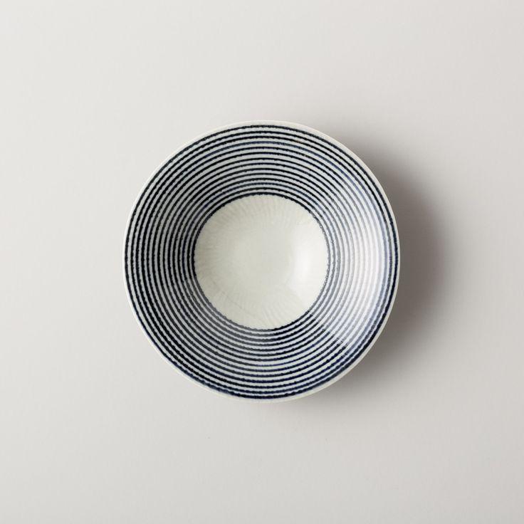 波佐見焼の陶磁器ブランド、HASAMI・馬場商店・ものはら・the placeを運営する有限会社マルヒロの公式サイト。「馬場商店」の「藍駒 三つ足大鉢」をご紹介します。