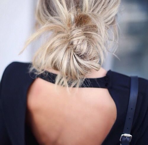 Messy bun / blonde