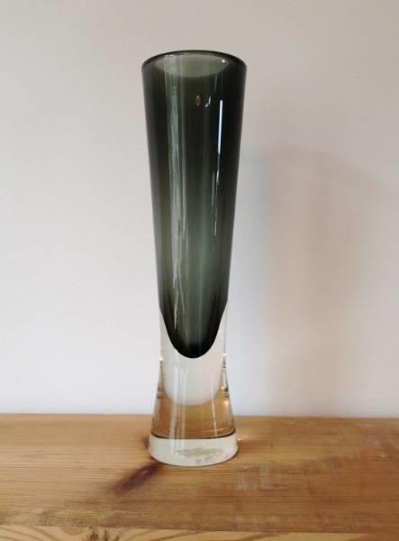 HADELAND Signert kunstglass - Jonas Hidle 1957 - Selges av oba044 fra Bjorbekk på QXL.no. HADELAND Signert kunstglass Jonas Hidle 1957. Flott vase i overrfangsteknikk. God stand. Høyde ca 24 cm.