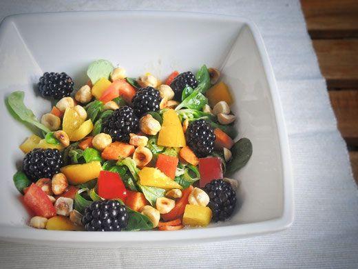 Fruchtiger Feldsalat mit Beeren