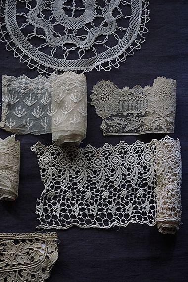 ポワン・ド、果てしなき糸の集結-lace tea mat,coaster,etc,, 蜘蛛の糸の様に細い繋がりを最初の六角形から無数の時間、人の手が紡ぎ出したレースという装飾。その断片から全体像まで、人が辿った糸の美しい変遷を垣間見える幸せよ。