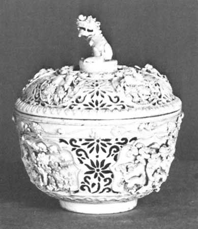 Linglong porcelain perfume bowl and cover, Wanli period (1572–1620), Ming dynasty; in the Victoria and Albert Museum, London.