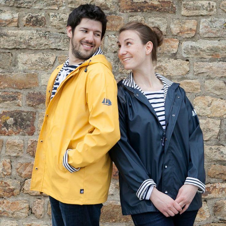 AliX&AleX pataugent sous la pluie. #parapluie #couple #amoureux #style #homme #femme #ciré #marin #jaune #bleu #Bretagne #brindemer