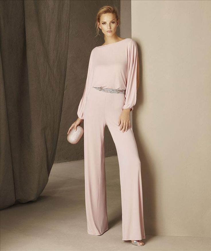 BRISTOL - Beautiful pants design in knit with a bateau neckline and long sleeves. A very special cocktail jumpsuit that provides distinction and lots of hang to the fabric of this design.
