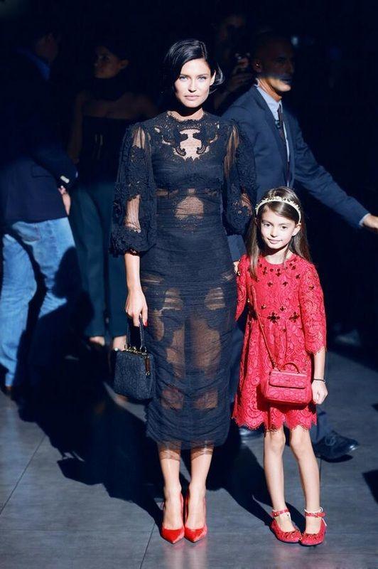 Бьянка Балти с дочкой Матильдой на показе D&G.