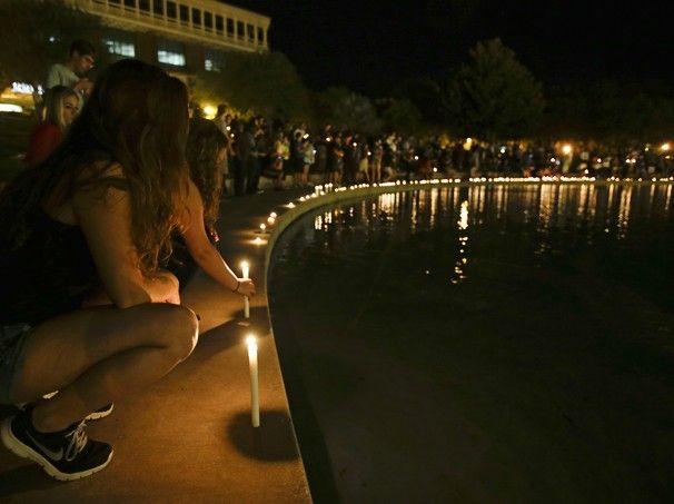 Estudantes da Universidade Central da Flórida participam de homenagem ao segundo jornalista americano decapitado pelo Estado Islâmico, Steven Sotloff. Ele foi aluno da universidade entre 2002 e 2004 (Foto: John Raoux/AP Photo) - http://epoca.globo.com/tempo/fotos/2014/09/fotos-do-dia-4-de-setembro-de-2014.html