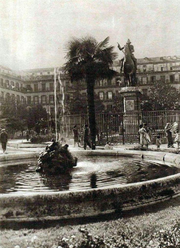 La Plaza Mayor de #Madrid en 1930. CC @Ls_Madriles @SecretosdeMadri @Pennypol