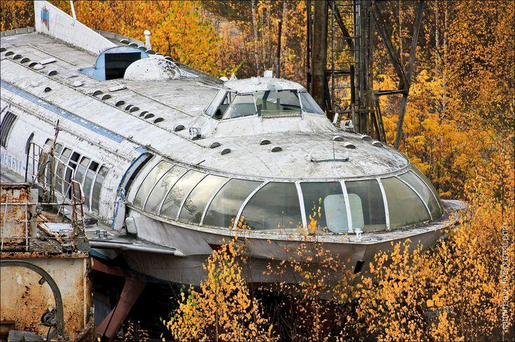 """Parece uma nave futurista com numerosos assentos direto pra marte, mas na verdade é um """"apetrecho"""" soviético de 1980, usado durante a guerra fria, que hoje em dia se encontra abandonado. O que hoje é uma grande e fascinante sucata enferrujada, um dia já foi parte da frota de navios que subia às margens da (...)"""