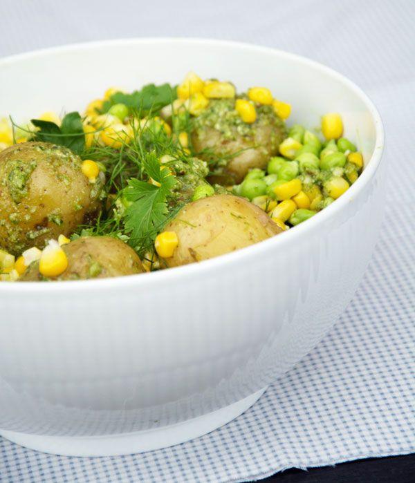 Opskrift på super lækker og enkel grøn kartoffelsalat med hjemmelavet pesto af krydderurter og med ærter og majs - få opskriften her