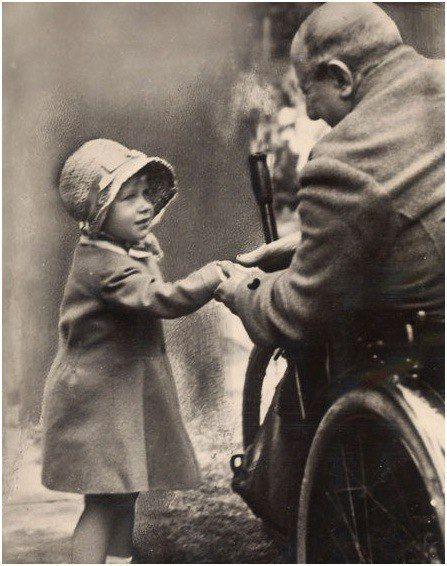 Принцесса Елизавета жмет руку ветерану Первой мировой войны, Лондон, 1929 г.