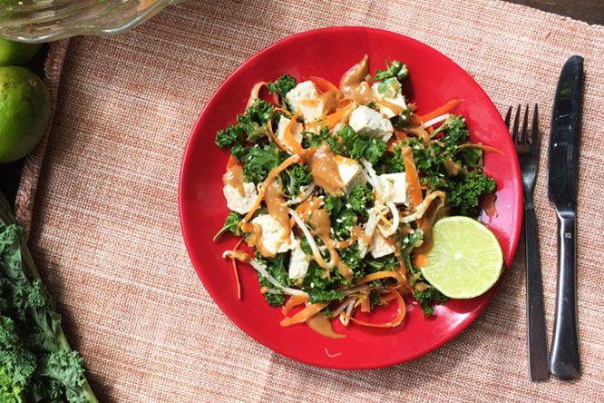 Uma salada inspirada em sabores tailandeses com couve e tofu coberta com molho cremoso de amendoim. Se você estava com vontade de comida tailandesa, mas está sem tempo de fazer qualquer coisa muito elaborada, então essa receita é para você. Essa receita é rápida, leve e saudável e pode ser uma refeição rápida ou ser …