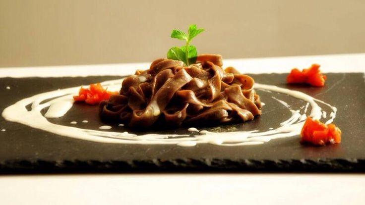 Tagliatelle al cacao al burro e menta con crema al pecorino e curry   L'Abruzzo è servito   Quotidiano di ricette e notizie d'Abruzzo