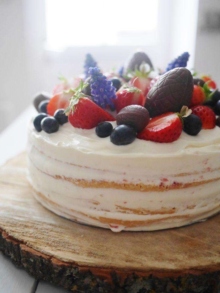 Un petit Naked Cake pour fêter Pâques et pour fêter par la même occasion les 16 ans des filles qui sont nées le 29 mars ! Réalisé avec 2 moules à manquer de 20 cm de diamètre pour une dizaine de personnes au final. La génoise c'est la légère de Sylvie...