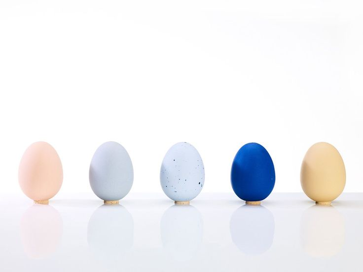El Salt Shaker by De Intuitiefabriek | These beautifully designed and made porcelain eggs are actually salt shakers. We love how the cork stopper doubles as a stand. Eggs never looked so good.  #gingerfinch #eggsaltshaker #saltshaker porcelain egg shaker, #DeIntuitiefabriekDesign #designersaltshaker #homewaresstation