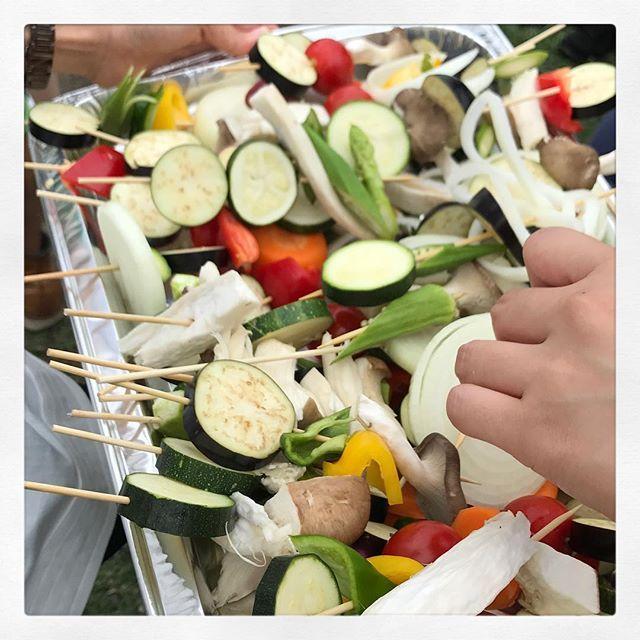 野菜タイム❗️ 100人は居なかったかな。  赤羽バーベキュー二度目。 肉と野菜を食べる。 酒はほどほどに。  チーズはどこ行ってもやはり美味いです。  #赤羽 #バーベキュー #100人 #荒川 #肉 #焼肉 #野菜 #チーズフォンデュ #筋トレ #アルコール #代謝 #糖質 #タンパク質 #大人 #友達 #地元 #市川市 #伊豆 #伊豆旅行 #肉会 #パーソナルトレーナー #ボクサー #出会い #肉会 #毎月 #恒例